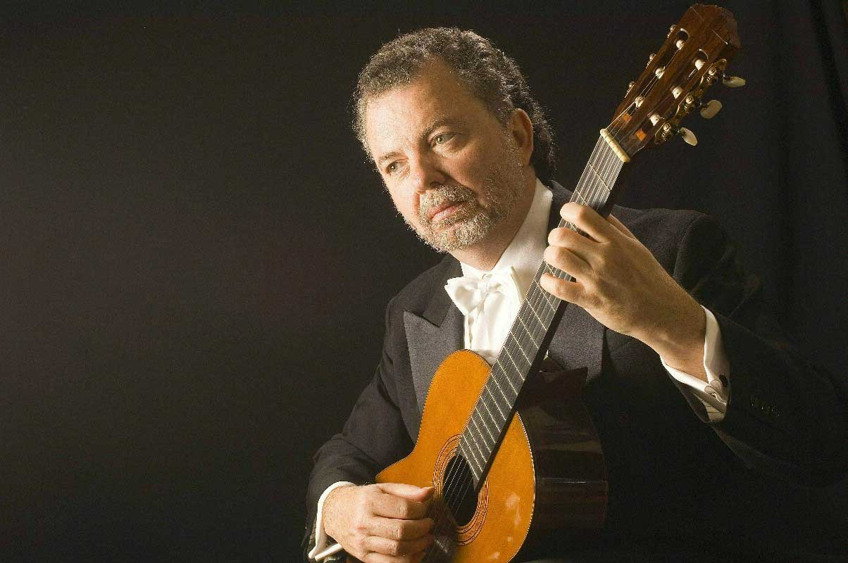 manuel barrueco playing guitar